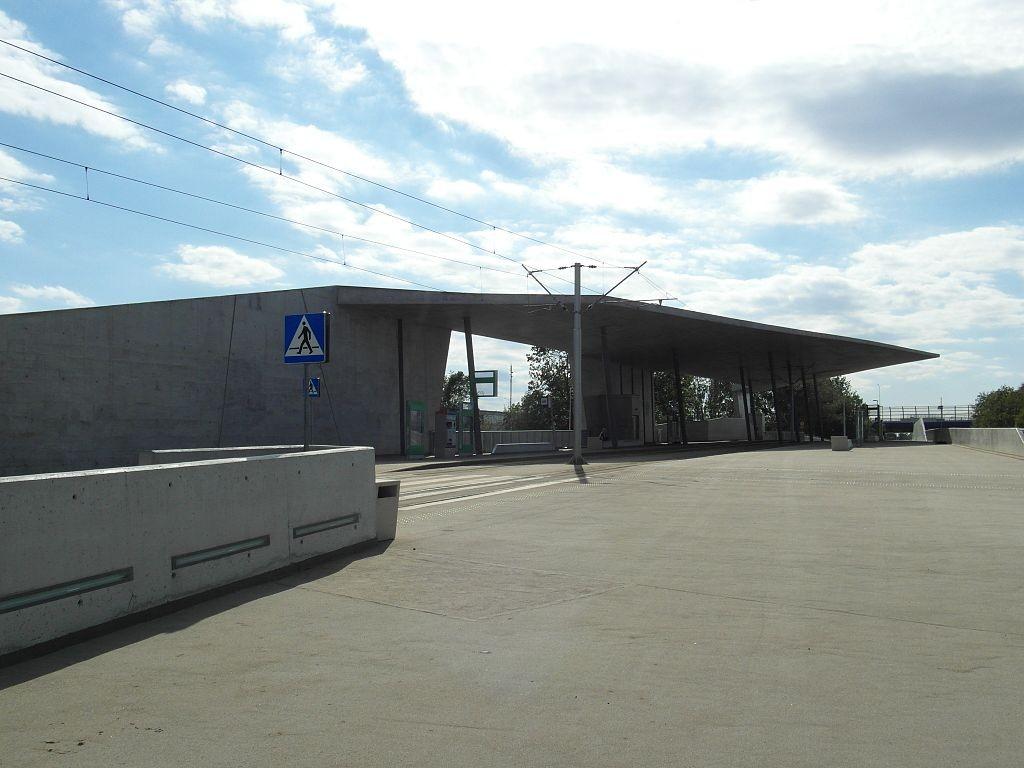 Węzeł przesiadkowy przy Stadionie Wrocław (fot. IngolfBLN, Wikipedia/ CC BY-SA 2.0).