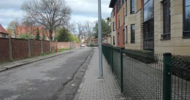 wroc chodniki Płot na chodniku Farna PP_SD (1)