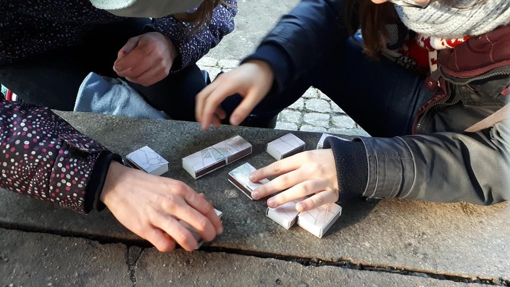 Układanie mapy promenady z puzzli, fot. IKROPKA