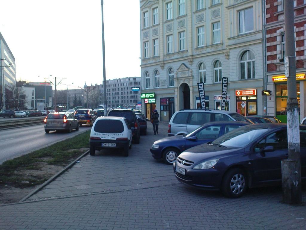 Parkowanie anektujące przestrzeń pieszą, ul. Drobnera. Fot. A. Zienkiewicz